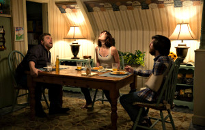 John Goodman, Mary Elizabeth Winstead e John Gallagher Jr in 10 Cloverfield Lane