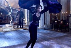 Rufus Sewell e Erin Wasson in La leggenda del cacciatore di vampiri