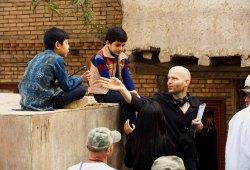Il regista Marc Forster spiega una scena a Ahmad Khan Mahmoodzada e Zekiria Ebrahimi sul set di  Il cacciatore di aquiloni