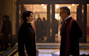 Marion Cotillard e Jeremy Irons in Assassin's Creed