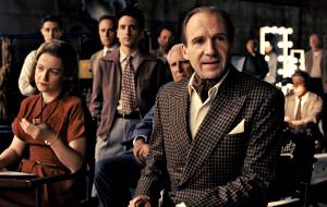 Ralph Fiennes in ua scena di Ave, Cesare!