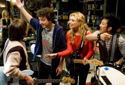 Gaelan Connell e Alyson Michalka in una scena di Bandslam - High School Band