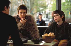 Hugh Grant (di spalle) con Toni Collette e Nicholas Hoult in About a Boy