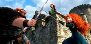 Re Fergus e Merida sotto gli occhi della regina Elinor in una scena di Ribelle - The Brave