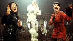Lucy Liu, Cameron Diaz e Drew Barrymore con Robert Patrick sullo  sfondo in una scena di Charlie's Angels: più che mai