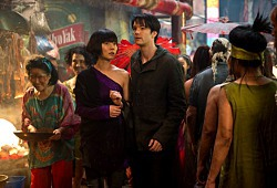 Doona Bae e Jim Sturgess in una scena in Cloud Atlas