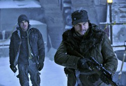 Kevin Zegers e Bill Paxton in The Colony