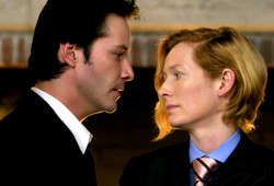 Keanu Reeves e Tilda Swinton in una scena di Constantine