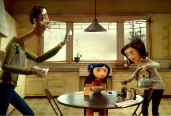 Coraline con papà e mamma in Coraline e la porta magica