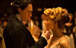 Tom Hiddleston e Mia Wasikowska in Crimson Peak