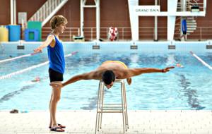 Florence Loiret-Caille e Samir Guesmi in L'effetto acquatico