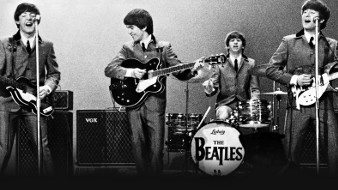 I Beatles si esibiscono sul palco in una scena di The Beatles: Eight Days a Week