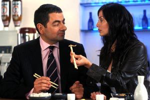 Rowan Atkinson e Natalie Imbruglia in Johnny English