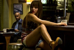 Chloë Moretz con Denzel Washington sullo sfondo in una scena di The Equalizer - Il vendicatore