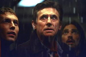 Desmond Harrington e Gabriel Byrne con Karl Urban sullo sfondo in Nave fantasma