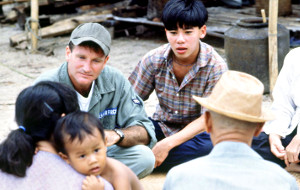 Robin Williams e Tung Thanh Tran in una scena di Good Morning Vietnam