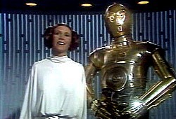 Carrie Fisher e Anthony Daniels in una scena