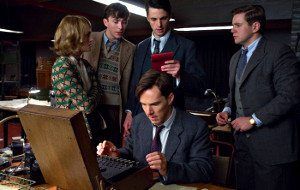 Keira Knightley, Matthew Beard, Matthew Goode e Allen Leech alle spalle di Benedict Cumberbatch in una scena di The Imitation Game