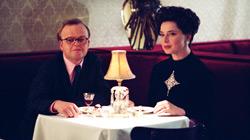 Toby Jones e Isabella Rossellini in Infamous - Una pessima reputazione