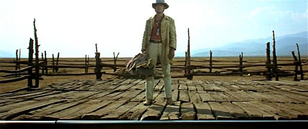 Figura intera di Charles Bronson in C'era una volta il west