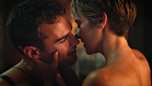 Theo James e Shailene Woodley in una scena di Insurgent