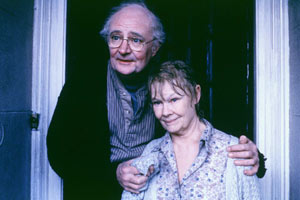 Jim Broadbent e Judi Dench in Iris - Un amore vero