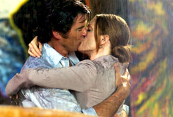 Pierce Brosnan e Julianne Moore in Laws of Attraction - Matrimonio in appello