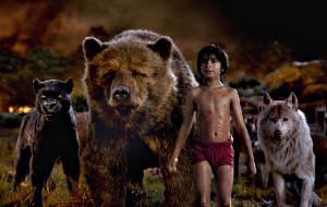 Bagheera, Baloo, Mowgli e Raksha in una scena di Il Libro della Giungla