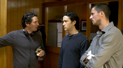 Il regista Scott Frank spiega una scena a Joseph Gordon-Levitt e Matthew Goode