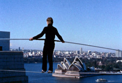 Philippe Petit in una scena di Man on Wire