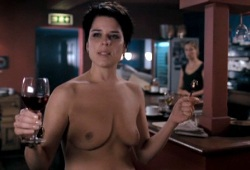 Neve Campbell con Alexandra Maria Lara sullo sfondo in I Really Hate My Job