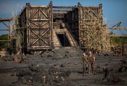 Logan Lerman e Russell Crowe ai piedi dell'arca in Noah