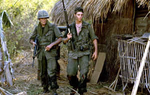 Charlie Sheen e Kevin Dillon in Platoon