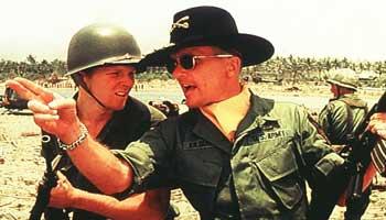 Sam Bottoms e Robert Duvall in una scena di Apocalypse Now