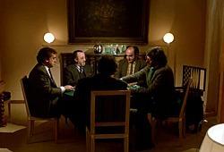 Gianni Cavina, Carlo Delle Piane, Alessandro Haber, George Eastman e Diego Abatantuono (di spalle) in Regalo di Natale