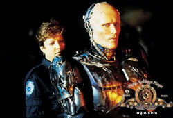Nancy Allen e Peter Weller in Robocop