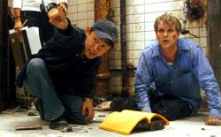 Il regista James Wan spiega una scena di Saw - L'enigmista a Carey Elwes