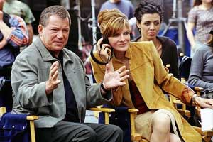 William Shatner e Rene Russo con Drena De Niro sullo sfondo in una scenda di Showtime
