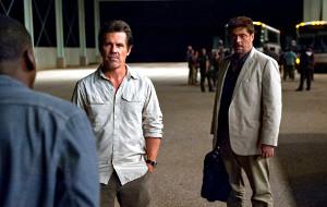 Josh Brolin e Benicio Del Toro con Daniel Kaluuya di spalle in una scena di Sicario