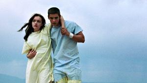 Olivia Cooke e Brenton Thwaites in The Signal