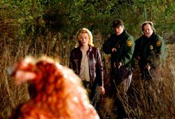 Elizabeth Banks, Nathan Fillion e Don Thompson in una scena di Slither