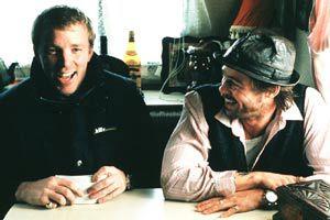 Il regista Guy Ritchie e Brad Pitt sul set di Snatch - Lo strappo