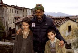 Spike Lee con Matteo Sciabordi e Leonardo Borzonasca sul set di Miracolo a Sant'Anna