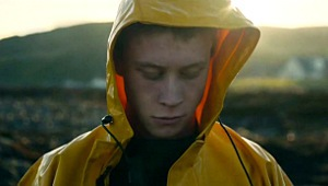 George MacKay in Il superstite