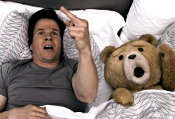 Mark Wahlberg e Ted in una scena di Ted
