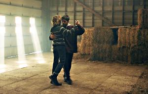 Pierre-Yves Cardinale Xavier Dolan in una scena di Tom à la ferme