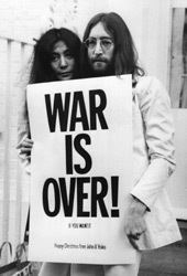 Yoko Ono e John Lennon in un'immagine tratta da USA vs John Lennon