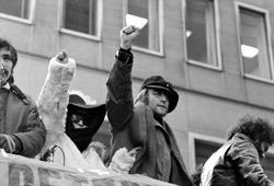 Yoko Ono e John Lennon in una scena tratta da USA vs John Lennon