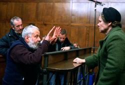 Il regista di Il segreto di Vera Drake Mike Leigh prepara uninquadratura di Imelda Staunton