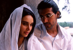 Lisa Ray e John Abraham in Water